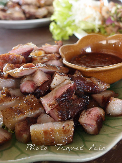 Delicious food at the junction of Chom Tom and the road to Doi Inthanon.